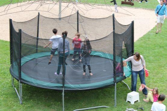 Grand trampoline avec des filets de sécurité