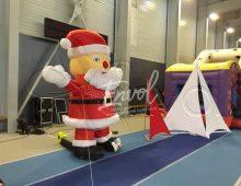 Décoration avec des voiles lycra blanches et le Père Noël gonflable