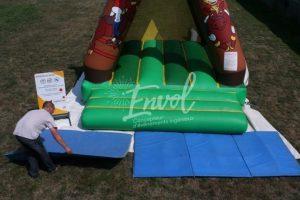 Montage structure gonflable : brancher la structure et poser les tapis de réception